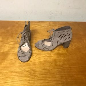 Vince Camuto Size 9.5 Tarita cut out heel